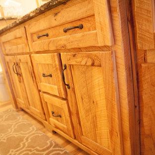 Foto de cuarto de baño principal, rústico, de tamaño medio, con armarios estilo shaker, puertas de armario de madera oscura, sanitario de una pieza, suelo de madera en tonos medios, lavabo bajoencimera, encimera de granito y suelo marrón
