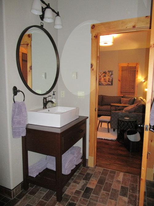 Badezimmer mit backsteinboden und grauer wandfarbe ideen for Badezimmer justin