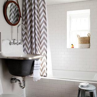 Foto di una piccola stanza da bagno per bambini tradizionale con lavabo sospeso, vasca ad alcova, vasca/doccia, piastrelle bianche, piastrelle diamantate, pareti bianche, pavimento con piastrelle in ceramica, ante grigie e WC monopezzo
