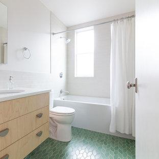 Новый формат декора квартиры: ванная комната в скандинавском стиле с плоскими фасадами, светлыми деревянными фасадами, ванной в нише, душем над ванной, раздельным унитазом, керамогранитной плиткой, белыми стенами, полом из керамической плитки, душевой кабиной, врезной раковиной, столешницей из искусственного кварца, зеленым полом, шторкой для душа, белой столешницей и белой плиткой