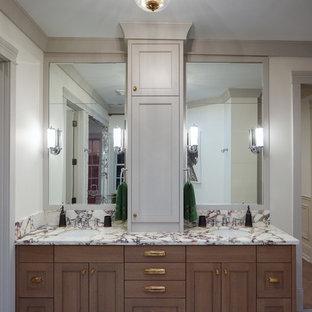 Идея дизайна: большая главная ванная комната в классическом стиле с фасадами островного типа, коричневыми фасадами, отдельно стоящей ванной, открытым душем, унитазом-моноблоком, красной плиткой, керамической плиткой, белыми стенами, полом из керамической плитки, врезной раковиной, мраморной столешницей, разноцветным полом, душем с распашными дверями и разноцветной столешницей