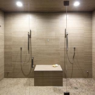 Esempio di una grande stanza da bagno padronale moderna con doccia alcova, piastrelle beige, piastrelle in gres porcellanato, pareti marroni e pavimento con piastrelle in ceramica