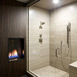 Пример оригинального дизайна: большая главная ванная комната в стиле модернизм с душем в нише, бежевой плиткой, керамогранитной плиткой, коричневыми стенами и полом из керамической плитки