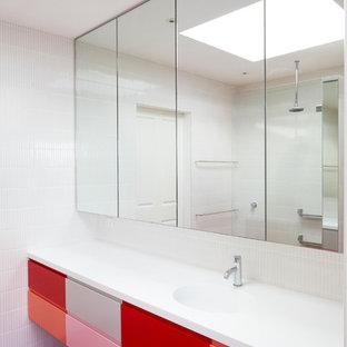 Mittelgroßes Modernes Badezimmer En Suite mit integriertem Waschbecken, flächenbündigen Schrankfronten, roten Schränken, Mineralwerkstoff-Waschtisch, weißen Fliesen, Mosaik-Bodenfliesen und rotem Boden in Sydney
