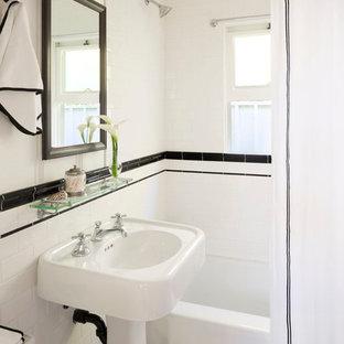 Foto di una piccola stanza da bagno vittoriana con lavabo a colonna, vasca ad alcova, vasca/doccia, piastrelle bianche e pareti bianche