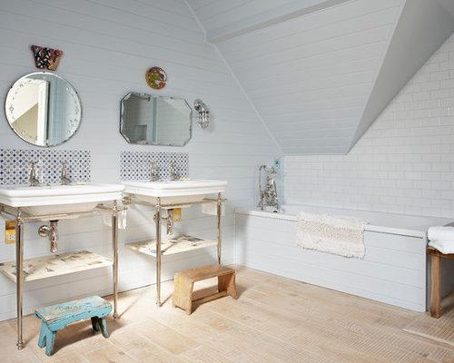 Salle de bain romantique avec un sol en bois clair : Photos et ...