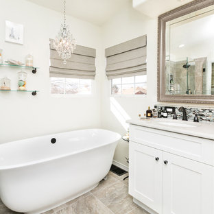 Salle de bain romantique avec un sol en carrelage de céramique ...