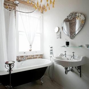 Klassisches Badezimmer mit Löwenfuß-Badewanne und Wandwaschbecken in London
