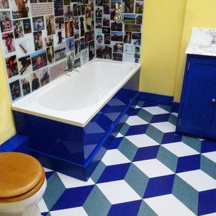 Idee per una stanza da bagno boho chic di medie dimensioni con pavimento in sughero e pavimento blu