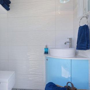 Idee per una stanza da bagno design di medie dimensioni con ante lisce, ante blu, WC sospeso, piastrelle bianche, piastrelle in gres porcellanato, pareti bianche, pavimento in marmo, lavabo a bacinella, top in quarzo composito, pavimento verde e doccia aperta