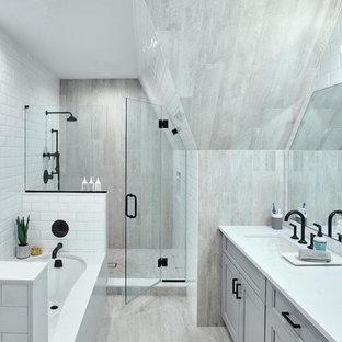 Idéer för ett mellanstort modernt vit badrum för barn, med ett platsbyggt badkar, grå kakel, porslinskakel, klinkergolv i porslin, bänkskiva i kvartsit och grått golv