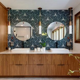 Großes Retro Badezimmer En Suite mit flächenbündigen Schrankfronten, dunklen Holzschränken, japanischer Badewanne, Eckdusche, Wandtoilette mit Spülkasten, blauen Fliesen, Porzellanfliesen, weißer Wandfarbe, Porzellan-Bodenfliesen, Unterbauwaschbecken, Quarzit-Waschtisch, grauem Boden, Falttür-Duschabtrennung, weißer Waschtischplatte, WC-Raum, Doppelwaschbecken und freistehendem Waschtisch in Minneapolis