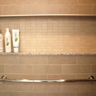 Ispirazione per una grande stanza da bagno padronale tradizionale con ante lisce, ante marroni, doccia alcova, WC a due pezzi, piastrelle beige, piastrelle in ceramica, pareti beige, pavimento in gres porcellanato, lavabo sottopiano, top in granito, pavimento beige e porta doccia scorrevole