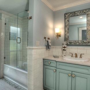 Идея дизайна: большая ванная комната в стиле современная классика с фасадами с декоративным кантом, бирюзовыми фасадами, ванной в нише, душем над ванной, белой плиткой, плиткой кабанчик, синими стенами, полом из керамогранита, душевой кабиной, накладной раковиной и столешницей из ламината