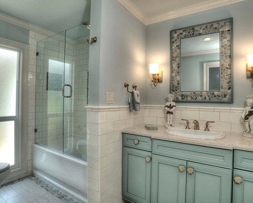 Bagno con ante turchesi e piastrelle diamantate foto - Vasca da bagno classica ...