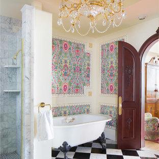 Modelo de cuarto de baño clásico con bañera con patas, ducha empotrada y paredes beige