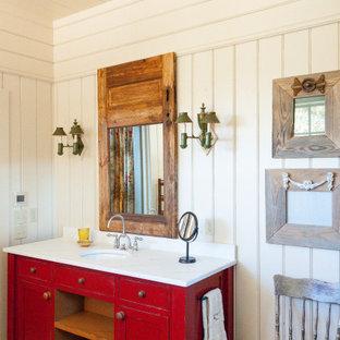 Mittelgroßes Uriges Badezimmer En Suite mit verzierten Schränken, roten Schränken, weißer Wandfarbe, dunklem Holzboden, Marmor-Waschbecken/Waschtisch, braunem Boden und weißer Waschtischplatte