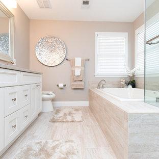 Bild på ett mellanstort vintage en-suite badrum, med skåp i shakerstil, vita skåp, en jacuzzi, en hörndusch, en toalettstol med hel cisternkåpa, vit kakel, porslinskakel, beige väggar, klinkergolv i porslin, ett undermonterad handfat och bänkskiva i kvarts