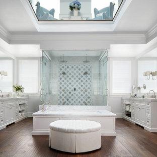 Ispirazione per una grande stanza da bagno padronale chic con ante bianche, vasca sottopiano, doccia doppia, pareti bianche, parquet scuro, pavimento marrone, porta doccia a battente, ante in stile shaker e piastrelle multicolore