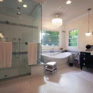Ispirazione per una grande sauna country con consolle stile comò, ante in legno bruno, vasca freestanding, WC a due pezzi, piastrelle bianche, piastrelle diamantate, pareti rosa, pavimento con piastrelle a mosaico, lavabo sottopiano e top in marmo