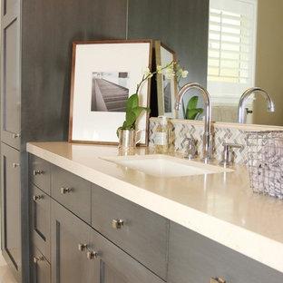 Esempio di una grande stanza da bagno padronale chic con ante in stile shaker, ante grigie, piastrelle beige, piastrelle grigie, piastrelle bianche, piastrelle di vetro, pareti beige, pavimento in travertino, lavabo sottopiano e top in quarzite