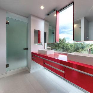 Новый формат декора квартиры: детская ванная комната среднего размера в современном стиле с плоскими фасадами, красными фасадами, двойным душем, белыми стенами, полом из керамической плитки, врезной раковиной, белым полом, душем с распашными дверями, столешницей из искусственного камня и красной столешницей