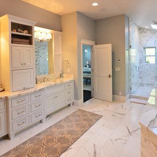 Immagine di un'ampia stanza da bagno padronale contemporanea con ante in stile shaker, ante bianche, vasca freestanding, WC a due pezzi, pistrelle in bianco e nero, piastrelle grigie, pareti grigie, pavimento in linoleum, lavabo sottopiano, top in marmo e doccia alcova