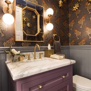 Ispirazione per una stanza da bagno classica con ante con riquadro incassato, ante rosse, pareti grigie e lavabo sottopiano