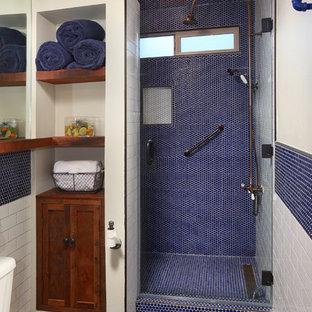 Modelo de cuarto de baño con ducha, industrial, pequeño, con ducha empotrada, sanitario de una pieza, baldosas y/o azulejos azules, baldosas y/o azulejos blancos, baldosas y/o azulejos en mosaico, paredes blancas, suelo de pizarra, encimera de acrílico y lavabo suspendido