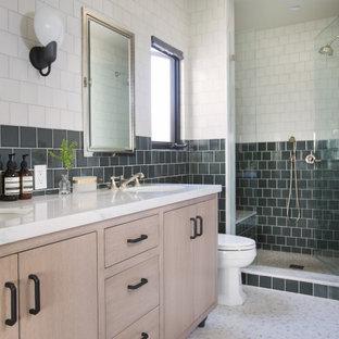 Klassisk inredning av ett mellanstort vit vitt en-suite badrum, med släta luckor, skåp i ljust trä, en toalettstol med hel cisternkåpa, grön kakel, bänkskiva i kvarts, vitt golv, dusch med gångjärnsdörr, en dusch i en alkov och ett undermonterad handfat