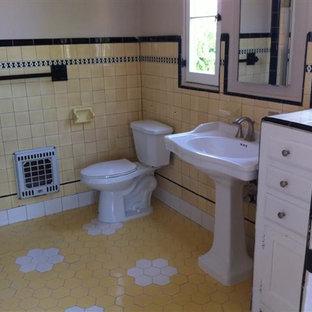 Foto di una stanza da bagno per bambini bohémian di medie dimensioni con WC a due pezzi, piastrelle nere, piastrelle gialle, piastrelle in ceramica, pavimento con piastrelle a mosaico, lavabo a colonna, pavimento giallo, vasca ad alcova e vasca/doccia