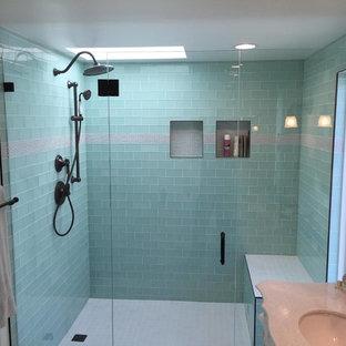 Idee per una stanza da bagno con doccia stile marino di medie dimensioni con ante con riquadro incassato, ante bianche, doccia alcova, piastrelle grigie, piastrelle a listelli, pareti beige, pavimento in gres porcellanato, lavabo sottopiano e top in granito