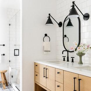 Идея дизайна: детская ванная комната среднего размера в стиле кантри с фасадами с декоративным кантом, светлыми деревянными фасадами, душем в нише, раздельным унитазом, белой плиткой, керамической плиткой, белыми стенами, полом из терракотовой плитки, врезной раковиной, столешницей из искусственного кварца, синим полом, душем с распашными дверями, белой столешницей, унитазом, тумбой под две раковины и встроенной тумбой