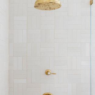 Bild på ett stort lantligt vit vitt en-suite badrum, med luckor med profilerade fronter, blå skåp, ett badkar med tassar, en kantlös dusch, en toalettstol med separat cisternkåpa, vit kakel, keramikplattor, vita väggar, cementgolv, ett undermonterad handfat, marmorbänkskiva, vitt golv och dusch med gångjärnsdörr
