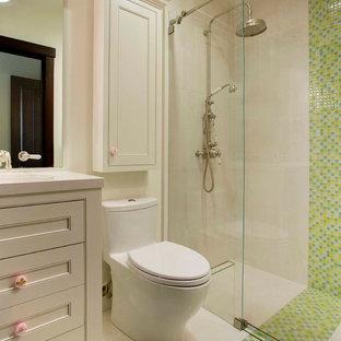 Bild på ett litet lantligt badrum för barn, med möbel-liknande, vita skåp, en kantlös dusch, en toalettstol med hel cisternkåpa, flerfärgad kakel, klinkergolv i porslin, ett undermonterad handfat, bänkskiva i kvarts, glasskiva och vita väggar