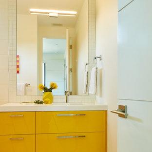 Ispirazione per una piccola stanza da bagno per bambini minimal con ante lisce, ante gialle, piastrelle bianche, piastrelle in ceramica, top in quarzo composito e top bianco