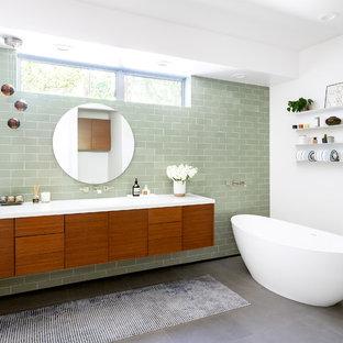 Foto di una stanza da bagno con doccia contemporanea con ante lisce, ante in legno scuro, vasca freestanding, piastrelle verdi, piastrelle diamantate, pareti bianche, lavabo sottopiano, pavimento grigio e top bianco
