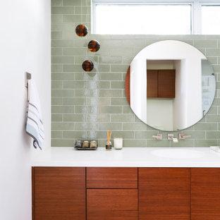 Idee per una stanza da bagno minimal con ante nere, piastrelle verdi, pareti bianche, lavabo sottopiano, pavimento grigio e top bianco