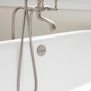 Idee per una grande stanza da bagno padronale country con ante con riquadro incassato, ante bianche, vasca con piedi a zampa di leone e top in cemento