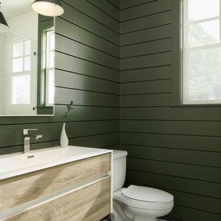 Diseño de cuarto de baño campestre, grande, con armarios con paneles lisos, puertas de armario de madera oscura, baldosas y/o azulejos verdes, paredes verdes, lavabo tipo consola, suelo multicolor y encimeras blancas