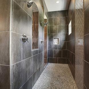 Exempel på ett klassiskt badrum, med en dubbeldusch, brun kakel och mosaikgolv