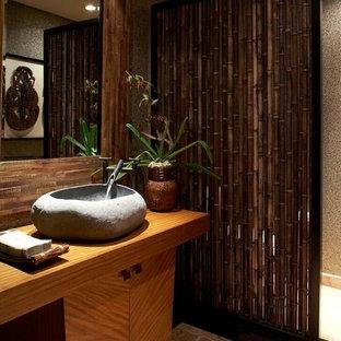 Ispirazione per una stanza da bagno tropicale con lavabo a bacinella