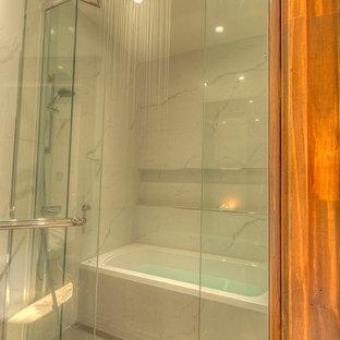 Cette Image Montre Une Salle De Bain Principale Design De Taille Moyenne  Avec Un Placard à