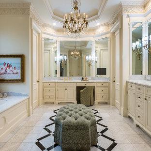 Idéer för att renovera ett vintage grå grått en-suite badrum, med luckor med upphöjd panel, beige skåp, ett platsbyggt badkar, beige väggar, ett undermonterad handfat och beiget golv