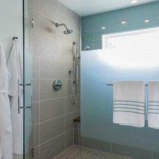 Immagine di una grande stanza da bagno padronale minimalista con ante lisce, ante marroni, doccia ad angolo, piastrelle blu, pareti bianche, pavimento in linoleum, lavabo da incasso, top in marmo, pavimento bianco, porta doccia a battente e top bianco