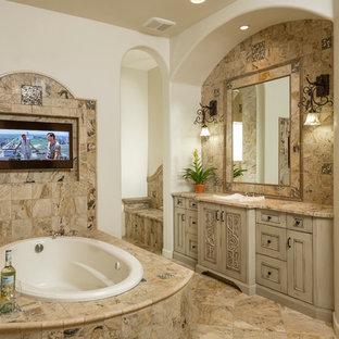 Idee per una stanza da bagno padronale mediterranea di medie dimensioni con lavabo da incasso, ante con riquadro incassato, ante beige, top in granito, vasca da incasso, piastrelle multicolore, piastrelle in pietra, pareti bianche e pavimento in travertino