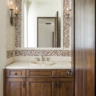 Idee per una stanza da bagno con doccia mediterranea di medie dimensioni con ante con bugna sagomata, ante in legno bruno, top in pietra calcarea, piastrelle marroni, piastrelle di vetro, pareti bianche e pavimento in terracotta