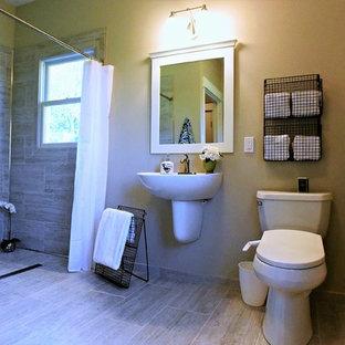 Idee per una stanza da bagno tradizionale di medie dimensioni con ante bianche, doccia a filo pavimento, bidè, piastrelle grigie, piastrelle in ceramica, pareti beige, pavimento con piastrelle in ceramica, lavabo sospeso, pavimento grigio, doccia con tenda e top bianco