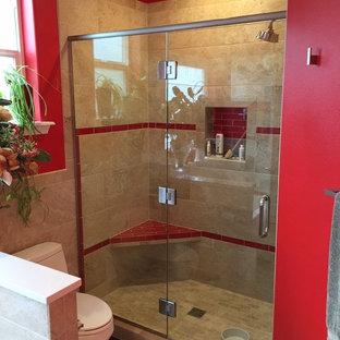 Inredning av ett klassiskt mellanstort badrum, med beige kakel, porslinskakel, en dusch i en alkov, en toalettstol med separat cisternkåpa och röda väggar