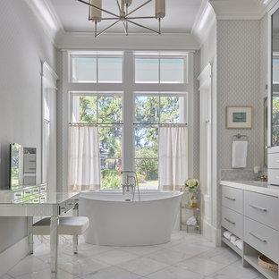 Idee per una grande stanza da bagno padronale chic con ante lisce, ante grigie, vasca freestanding, piastrelle grigie, piastrelle di vetro, pareti grigie, pavimento in marmo, lavabo sottopiano, top in marmo, pavimento bianco e top bianco